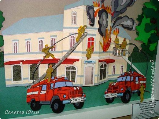 Работу выполнила учащаяся 10-го класса Емельянова Оксана. Панно представляет собой объемную многослойную аппликацию. Конечно видны некоторые огрехи, но в целом работа смотрится хорошо, очень натурально передана сложная и опасная работа пожарных. Работа стала победителем на областной выставке в г. Курске. фото 2