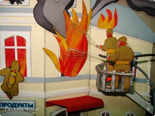 Работу выполнила учащаяся 10-го класса Емельянова Оксана. Панно представляет собой объемную многослойную аппликацию. Конечно видны некоторые огрехи, но в целом работа смотрится хорошо, очень натурально передана сложная и опасная работа пожарных. Работа стала победителем на областной выставке в г. Курске. фото 3