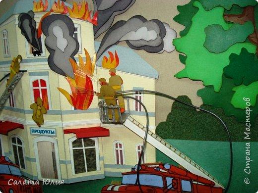 Работу выполнила учащаяся 10-го класса Емельянова Оксана. Панно представляет собой объемную многослойную аппликацию. Конечно видны некоторые огрехи, но в целом работа смотрится хорошо, очень натурально передана сложная и опасная работа пожарных. Работа стала победителем на областной выставке в г. Курске. фото 4