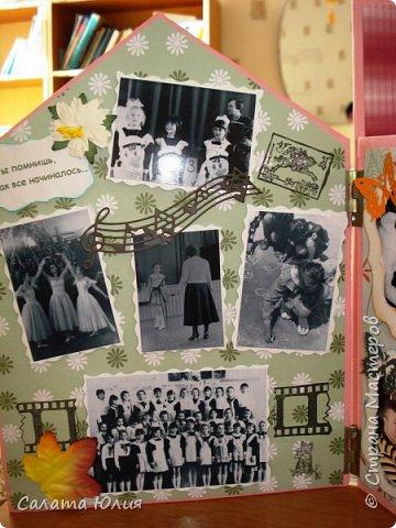 """Фотоальбом """"Наш любимый дом"""" мы решили смастерить с детьми по окончанию трехгодичной учебы в студии """"Арт-дизайн"""".  Основа - стены и крыша выполнены из гофрокартона, обклееного скрапбумагой и украшенного тесьмой, пуговицами, вырубкой.  фото 7"""