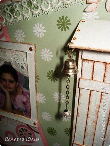 """Фотоальбом """"Наш любимый дом"""" мы решили смастерить с детьми по окончанию трехгодичной учебы в студии """"Арт-дизайн"""".  Основа - стены и крыша выполнены из гофрокартона, обклееного скрапбумагой и украшенного тесьмой, пуговицами, вырубкой.  фото 11"""