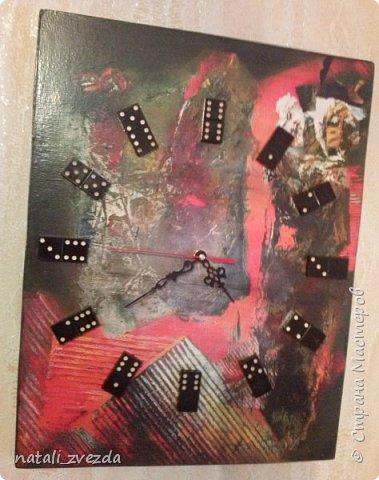 """Заказали мне часы. Было одно условие - вместо цифр домино. На глаза попался репродукция картины нашего художника Савича """"Время красного"""". И вот результат. Смотрится очень креативненько."""