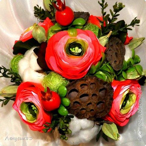 Вот такая красота у меня получилась))) В композиции использованы:  ранункулюсы, шиповник, искусственная зелень, сахарные ягоды, керамика, сухоцветы: коробочки лотоса, хлопчатник, сухоцвет пирамидка, сизаль. фото 5