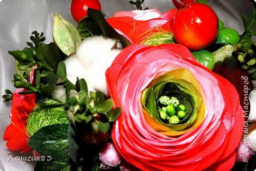 Вот такая красота у меня получилась))) В композиции использованы:  ранункулюсы, шиповник, искусственная зелень, сахарные ягоды, керамика, сухоцветы: коробочки лотоса, хлопчатник, сухоцвет пирамидка, сизаль. фото 3