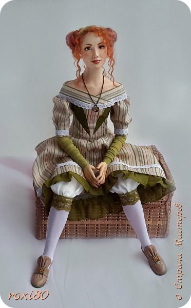 Здравствуйте, дорогие гости и жители СМ! Наконец-то я одела свою Агнес, она долго ждала этого. Агнес - будуарная кукла-болтушка, у нее мягкое соединение ручек и ножек, которые болтаются и свободно меняют позу. Голова на шарнире, поворачивается и наклоняется. фото 4