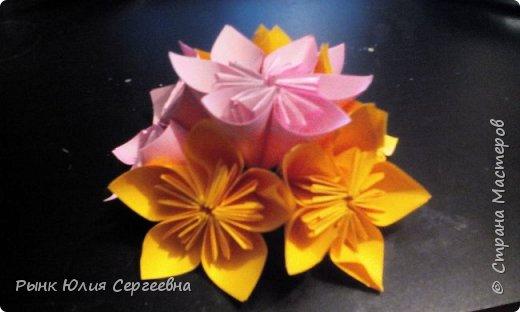 Один из видов оригами - кусудама. Кусудама – это цветочный шар из бумаги. Техника его изготовления популярна во всем мире. Кусудамы делают поэтапно. Вначале создаются объемные лепестки, затем их объединяют в один большой цветок. Склеенные между собой цветки образуют красивый и объемный шар.  фото 16