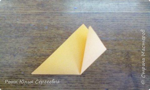 Один из видов оригами - кусудама. Кусудама – это цветочный шар из бумаги. Техника его изготовления популярна во всем мире. Кусудамы делают поэтапно. Вначале создаются объемные лепестки, затем их объединяют в один большой цветок. Склеенные между собой цветки образуют красивый и объемный шар.  фото 5