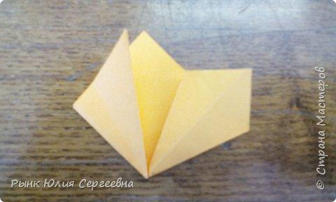 Один из видов оригами - кусудама. Кусудама – это цветочный шар из бумаги. Техника его изготовления популярна во всем мире. Кусудамы делают поэтапно. Вначале создаются объемные лепестки, затем их объединяют в один большой цветок. Склеенные между собой цветки образуют красивый и объемный шар.  фото 7