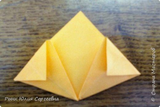 Один из видов оригами - кусудама. Кусудама – это цветочный шар из бумаги. Техника его изготовления популярна во всем мире. Кусудамы делают поэтапно. Вначале создаются объемные лепестки, затем их объединяют в один большой цветок. Склеенные между собой цветки образуют красивый и объемный шар.  фото 9