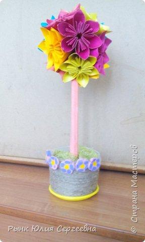 Один из видов оригами - кусудама. Кусудама – это цветочный шар из бумаги. Техника его изготовления популярна во всем мире. Кусудамы делают поэтапно. Вначале создаются объемные лепестки, затем их объединяют в один большой цветок. Склеенные между собой цветки образуют красивый и объемный шар.  фото 19