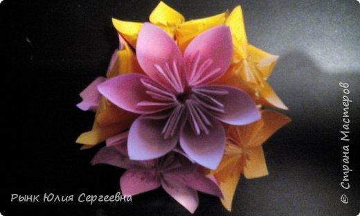 Один из видов оригами - кусудама. Кусудама – это цветочный шар из бумаги. Техника его изготовления популярна во всем мире. Кусудамы делают поэтапно. Вначале создаются объемные лепестки, затем их объединяют в один большой цветок. Склеенные между собой цветки образуют красивый и объемный шар.  фото 17