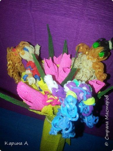 Здравствуйте! Только что создала вот такоц букетик с игрушками из плетеных резиночек. Сама придумала) фото 1