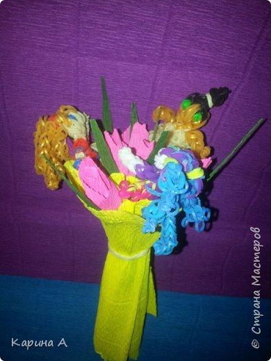 Здравствуйте! Только что создала вот такоц букетик с игрушками из плетеных резиночек. Сама придумала) фото 2