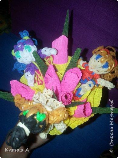 Здравствуйте! Только что создала вот такоц букетик с игрушками из плетеных резиночек. Сама придумала) фото 3