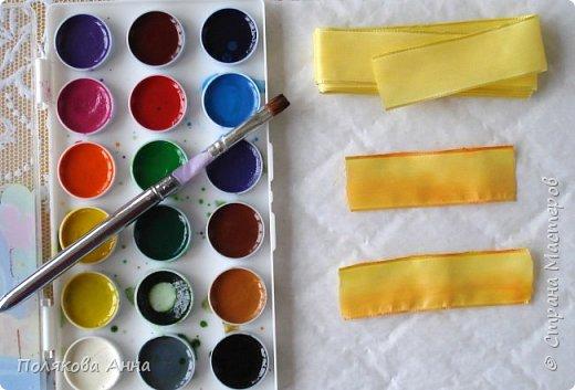 Фотографии делала при различном освещении, прошу извинить за их качество. Необходимые материалы для работы: — ткань, на которой будем вышивать, у меня габардин; — ленты из искусственного и натурального шелка шириной от 2 до 25мм разных цветов; -желтые ленты с проволочным краем шириной 25мм; — нитки мулине; — овальные бусинки красного цвета; — тычинки для цветов; — акварельные краски. фото 9