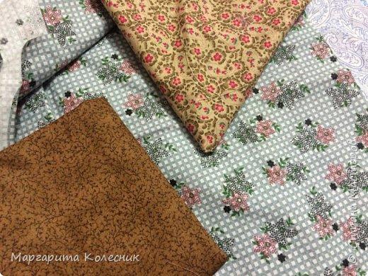 Используемые материалы и инструменты: швейная машина, утюг, гладильная доска, ножницы, булавки, иголки, нитки,   выкройка прихватки,  хлопчатобумажные ткани (однотонные или с мелким рисунком): основная ткань светлого тона - 20 см., более темная – для  клюва – 10 см., темная – для крыльев – 10 см., ткань для окантовки – 20 см., ткань для задней части совы -20 см., синтепон – 20 см., 2 белых фетровых кружочка диаметром 3 см.,  2 пуговки для глаз. фото 3