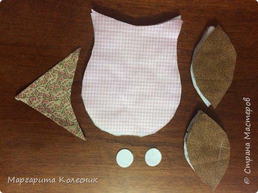 Используемые материалы и инструменты: швейная машина, утюг, гладильная доска, ножницы, булавки, иголки, нитки,   выкройка прихватки,  хлопчатобумажные ткани (однотонные или с мелким рисунком): основная ткань светлого тона - 20 см., более темная – для  клюва – 10 см., темная – для крыльев – 10 см., ткань для окантовки – 20 см., ткань для задней части совы -20 см., синтепон – 20 см., 2 белых фетровых кружочка диаметром 3 см.,  2 пуговки для глаз. фото 4