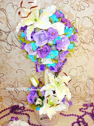 Добрый день! Сегодня представляю вашему вниманию топиарий. Цветы ручной работы из фоамирана. Розы, лилии. Для декора использовала бусины и тычинки. Высота - 35 см.