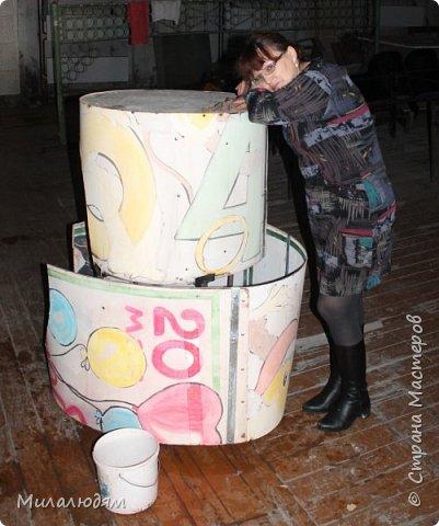 Всем доброго времени суток! После Масленицы у меня было 5 дней на оформление юбилея директора ДК и нашего отчетного концерта. Начну с юбилея. Это юбилейный торт. Вид сверху. фото 12