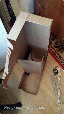Заблаговременно подготавливаясь к ДР доченьки я начала свою работу с единички.Она и украсит комнату,создаст атмосферу первого дня рождения и, конечно, станет фото реквизитом. Также и не так дорого она обойдётся,что немало важно в условиях кризиса)))  Фото готовой единички  Единичку делала в эконом режиме:из бросового материала.  Использовала картон от холодильника,2 пачки белых салфеток,1 пачка персиковых,коробка из под обуви,клеевой пистолет. фото 3