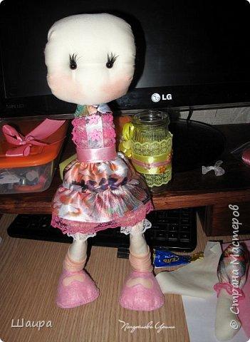 Первая кукла из ткани. Без шапочки 38 см. Стоит  при поддержке. Слишком тонкую проволоку взяла. Ручки, ножки двигаются и гнутся. Фиксировала почти все этапы работы. Получился  мастер-класс по пошиву первой куклы. фото 17