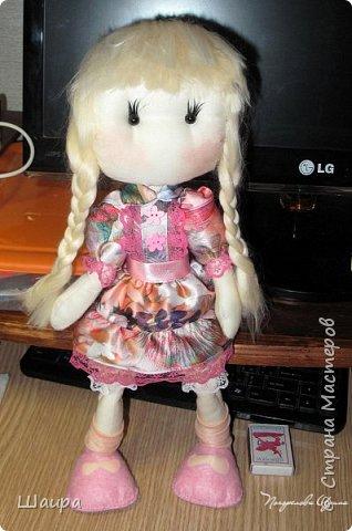 Первая кукла из ткани. Без шапочки 38 см. Стоит  при поддержке. Слишком тонкую проволоку взяла. Ручки, ножки двигаются и гнутся. Фиксировала почти все этапы работы. Получился  мастер-класс по пошиву первой куклы. фото 18