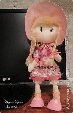 Первая кукла из ткани. Без шапочки 38 см. Стоит  при поддержке. Слишком тонкую проволоку взяла. Ручки, ножки двигаются и гнутся. Фиксировала почти все этапы работы. Получился  мастер-класс по пошиву первой куклы. фото 1