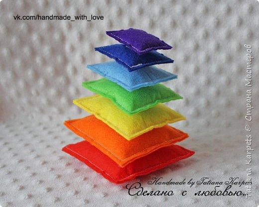 """Развивающая игра """"Радужная пирамидка"""". Игра выполнена из фетра, элементы пирамидки соединяются между собой с помощью липучек. фото 1"""