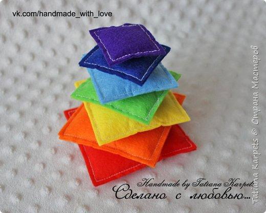 """Развивающая игра """"Радужная пирамидка"""". Игра выполнена из фетра, элементы пирамидки соединяются между собой с помощью липучек. фото 5"""