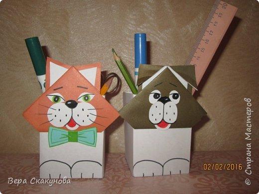Хочу показать вам вот такие забавные карандашницы, которые поднимают настроение, служат хорошим подарком и замечательно смотрятся на любом рабочем столе.  Основу-коробку из под кефира обклеиваем цветной бумагой, соответствующей выбранному персонажу. фото 1