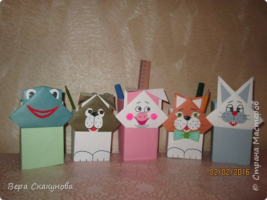 Хочу показать вам вот такие забавные карандашницы, которые поднимают настроение, служат хорошим подарком и замечательно смотрятся на любом рабочем столе.  Основу-коробку из под кефира обклеиваем цветной бумагой, соответствующей выбранному персонажу. фото 3