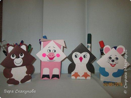 Хочу показать вам вот такие забавные карандашницы, которые поднимают настроение, служат хорошим подарком и замечательно смотрятся на любом рабочем столе.  Основу-коробку из под кефира обклеиваем цветной бумагой, соответствующей выбранному персонажу. фото 4