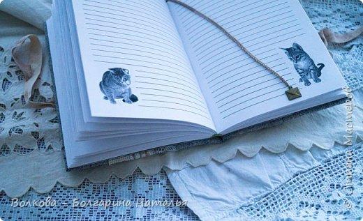 """Всем привет! """"Давненько"""" я не делала блокнотов с котами:))) И вот он, новый блокнот с полосатым котёнком:) Что-то захотелось мне попробовать мятую тканевую обложку, а получился в итоге такой эффект, будто обложку сшила из кусочков - походу увлеклась отшивкой вмятин, которые походу и не надо было так отшивать:))) Зато получилось необычно и вполне так прикольно:) фото 14"""