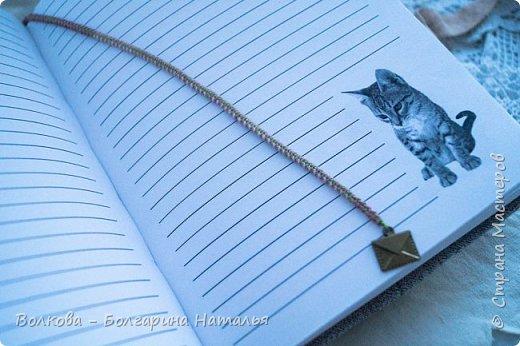 """Всем привет! """"Давненько"""" я не делала блокнотов с котами:))) И вот он, новый блокнот с полосатым котёнком:) Что-то захотелось мне попробовать мятую тканевую обложку, а получился в итоге такой эффект, будто обложку сшила из кусочков - походу увлеклась отшивкой вмятин, которые походу и не надо было так отшивать:))) Зато получилось необычно и вполне так прикольно:) фото 15"""