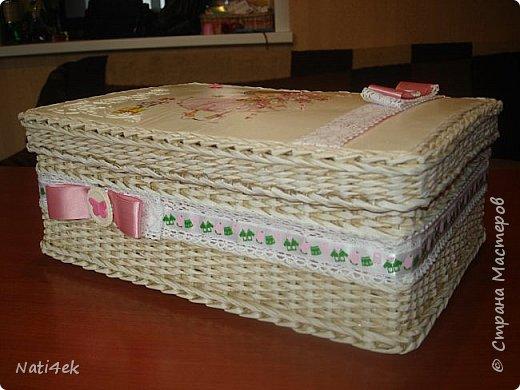Здравствуйте жители страны. Выставляю пару шкатулок, которые плела по просьбе дочки. Она дарила в них подарки на рождение деток. Первая для девочки: светленькая с патиной. На крышке рельеф пастой.  фото 5