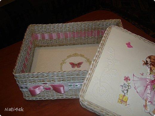Здравствуйте жители страны. Выставляю пару шкатулок, которые плела по просьбе дочки. Она дарила в них подарки на рождение деток. Первая для девочки: светленькая с патиной. На крышке рельеф пастой.  фото 3