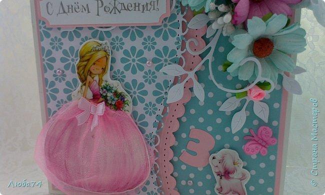 Добрый вечер жители Страны Мастеров! У меня очередная заказная открытка, для девочки  Кати трех лет. Сказали, что девочке очень нарваться Принцессы так что главным персонажем на открытке является Принцесса. Размер открытки 15х15 см, основа картон пл.240 гр/м2, скрапбумага, цветы, вырубка, стразы, шебби лента.  фото 2