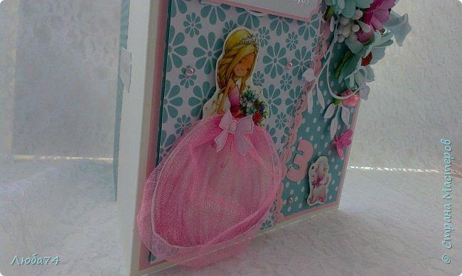 Добрый вечер жители Страны Мастеров! У меня очередная заказная открытка, для девочки  Кати трех лет. Сказали, что девочке очень нарваться Принцессы так что главным персонажем на открытке является Принцесса. Размер открытки 15х15 см, основа картон пл.240 гр/м2, скрапбумага, цветы, вырубка, стразы, шебби лента.  фото 6