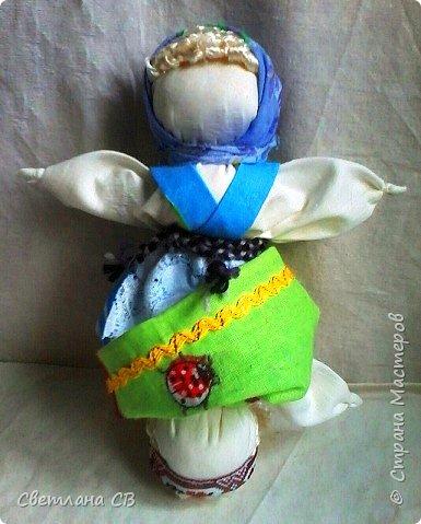 В народе называют ее Перевертыш, Вертушка. Ее вполне можно назвать куклой кукол, потому что она содержит в себе 2 головы, 4 руки, 2 юбки. Секрет в том, что когда видна одна часть куклы, например, девка, то вторая, баба, скрыта под юбкой; если куклу перевернуть, то баба откроется, а девка скроется.  Девка - это красота, птичка, которая улетит из родительского дома, беззаботная, веселая, играет на улице. А баба - хозяйственная, степенная, у нее все заботы о доме и семье, она не бежит на улицу, у нее другое состояние. Она больше глядит в себя и оберегает свой дом.  Кукла Девка-Баба отражает 2 сущности женщины: она может быть открытой для мира и дарить красоту и радость, и может быть обращена к себе, к будущему ребенку, и беречь покой. фото 7