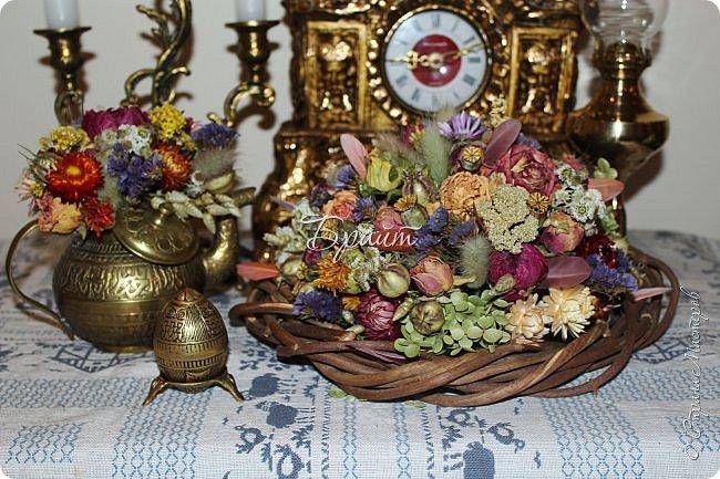 """Во флористическом конкурсе """"Светлая Пасха"""", который проводила Надя Neobiknovennaja, http://stranamasterov.ru/node/1012598?c=favorite, я представила еще три работы: Вестники весны, Пасхальный переполох и Винтажная пасха. Мест призовых они не заняли, но мне было приятно видеть, отданные за них голоса и комментарии. Спасибо, девочки, вам огромное.  Начну с работы """"Вестники весны"""". Один из вестников весны, радующих нас своим появлением – это нежный тюльпан. Тюльпан всегда радует взор и волнует душу, так долго ждавшую весну. """"Вестники весны"""" при появлении солнца открываются ему навстречу, широко раскинув лепестки. Их цветение это – восхитительное зрелище... Тюльпаны красные - как закат... жёлтые - как солнце... белые - как белые ночи... фиолетовые как ночное небо...  И даже когда ненастная погода пытается вновь напомнить о себе холодным дождём или даже снегом, весёлые головки весенних цветов неизменно продолжают грациозно возвышаться над землёй, даже в отсутствие солнца неся всем своим видом на землю тепло… Тюльпаны - вестники наступающей весны, символ вечной молодости, олицетворение радости счастья.  Цветов так много на Земле… Но сердцу милы мне тюльпаны… Впитали всю красу в себе… Их не постичь умом, глазами…  Они, как Ангелы с небес… Спустились к нам на нашу Землю… Чтоб свет наш бренный не исчез… И победила жизнь над смертью…  Чтоб побеждало, лишь добро… Тюльпаны посланы Всевышним… То чудо к нам с небес сошло… В них каждый штрих совсем не лишний…  В них нет не нужных мелочей… Всё грациозно в них и смело… А запах просто чародей… В них всё продумано умело Владислав Кернис Амелин  Приснилась зачем-то корзина тюльпанов - щемящая свежесть из множества тел  мой ангел мне что-то сказать ли хотел, чего бы сама я так точно не знала?  как жёлтого много, как алого мало... опять расставанье? обычный удел не жду ничего, окромя перемен за робкой надеждой в бутончиках алых... Ёжи Пилот  Описание работы: Интерьерная композиция на оазисе. Ширина 75 см, высота - 50 см. Материалы: тюльпа"""
