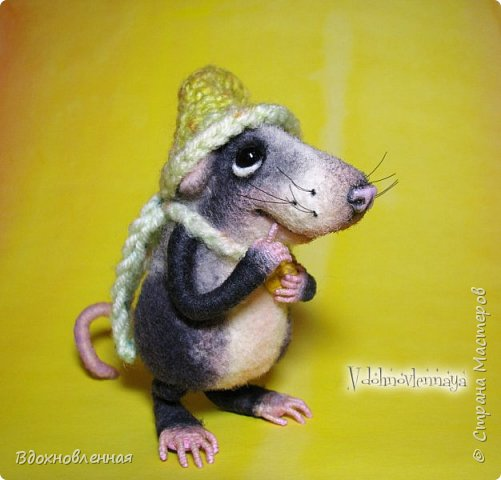 Крысенок Семёнчик - малыш, ростом всего 9 см, учитывая шапочку. Семёнчик выполнен в технике сухого валяния. Ручки, ножки и хвостик - на проволочном каркасе. Нос сделан из кожи. Шапочка и шарфик связаны из пряжи крючком.  В ручках у него уже есть она хрустящая булочка, но Семёнчик озадачен, где же здесь еще спрятаны вкусняшки.. Может, они в сундуке??? фото 2
