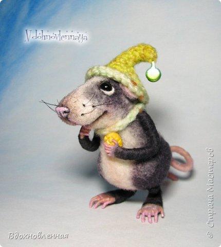 Крысенок Семёнчик - малыш, ростом всего 9 см, учитывая шапочку. Семёнчик выполнен в технике сухого валяния. Ручки, ножки и хвостик - на проволочном каркасе. Нос сделан из кожи. Шапочка и шарфик связаны из пряжи крючком.  В ручках у него уже есть она хрустящая булочка, но Семёнчик озадачен, где же здесь еще спрятаны вкусняшки.. Может, они в сундуке??? фото 4