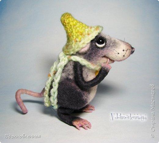 Крысенок Семёнчик - малыш, ростом всего 9 см, учитывая шапочку. Семёнчик выполнен в технике сухого валяния. Ручки, ножки и хвостик - на проволочном каркасе. Нос сделан из кожи. Шапочка и шарфик связаны из пряжи крючком.  В ручках у него уже есть она хрустящая булочка, но Семёнчик озадачен, где же здесь еще спрятаны вкусняшки.. Может, они в сундуке??? фото 5