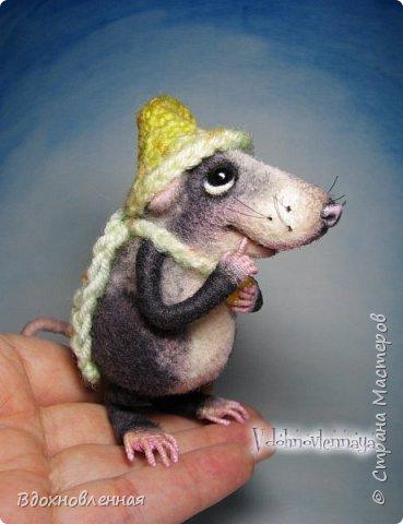 Крысенок Семёнчик - малыш, ростом всего 9 см, учитывая шапочку. Семёнчик выполнен в технике сухого валяния. Ручки, ножки и хвостик - на проволочном каркасе. Нос сделан из кожи. Шапочка и шарфик связаны из пряжи крючком.  В ручках у него уже есть она хрустящая булочка, но Семёнчик озадачен, где же здесь еще спрятаны вкусняшки.. Может, они в сундуке??? фото 8