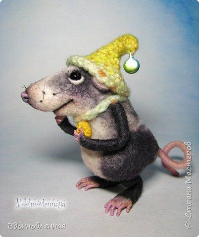 Крысенок Семёнчик - малыш, ростом всего 9 см, учитывая шапочку. Семёнчик выполнен в технике сухого валяния. Ручки, ножки и хвостик - на проволочном каркасе. Нос сделан из кожи. Шапочка и шарфик связаны из пряжи крючком.  В ручках у него уже есть она хрустящая булочка, но Семёнчик озадачен, где же здесь еще спрятаны вкусняшки.. Может, они в сундуке??? фото 9