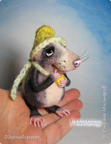 Крысенок Семёнчик - малыш, ростом всего 9 см, учитывая шапочку. Семёнчик выполнен в технике сухого валяния. Ручки, ножки и хвостик - на проволочном каркасе. Нос сделан из кожи. Шапочка и шарфик связаны из пряжи крючком.  В ручках у него уже есть она хрустящая булочка, но Семёнчик озадачен, где же здесь еще спрятаны вкусняшки.. Может, они в сундуке??? фото 11