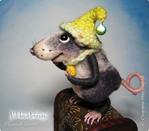 Крысенок Семёнчик - малыш, ростом всего 9 см, учитывая шапочку. Семёнчик выполнен в технике сухого валяния. Ручки, ножки и хвостик - на проволочном каркасе. Нос сделан из кожи. Шапочка и шарфик связаны из пряжи крючком.  В ручках у него уже есть она хрустящая булочка, но Семёнчик озадачен, где же здесь еще спрятаны вкусняшки.. Может, они в сундуке??? фото 12
