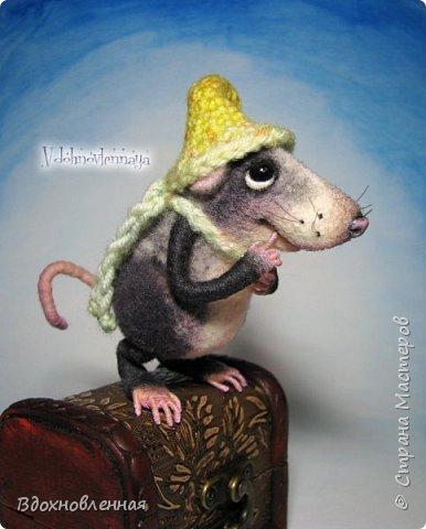 Крысенок Семёнчик - малыш, ростом всего 9 см, учитывая шапочку. Семёнчик выполнен в технике сухого валяния. Ручки, ножки и хвостик - на проволочном каркасе. Нос сделан из кожи. Шапочка и шарфик связаны из пряжи крючком.  В ручках у него уже есть она хрустящая булочка, но Семёнчик озадачен, где же здесь еще спрятаны вкусняшки.. Может, они в сундуке??? фото 13