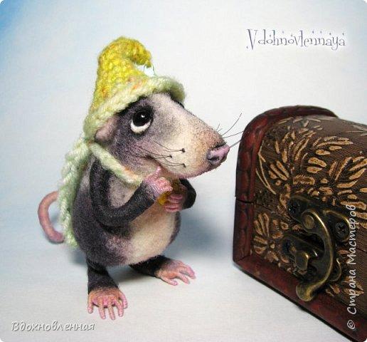 Крысенок Семёнчик - малыш, ростом всего 9 см, учитывая шапочку. Семёнчик выполнен в технике сухого валяния. Ручки, ножки и хвостик - на проволочном каркасе. Нос сделан из кожи. Шапочка и шарфик связаны из пряжи крючком.  В ручках у него уже есть она хрустящая булочка, но Семёнчик озадачен, где же здесь еще спрятаны вкусняшки.. Может, они в сундуке??? фото 1
