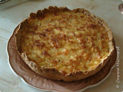 Готовим пирог с луком и сыром. Звучит, может, не очень интересно, я сама небольшая любительница лука, но пирог получается очень вкусный, из серии- не оторваться! Продукты для приготовления простые и доступные.   фото 14